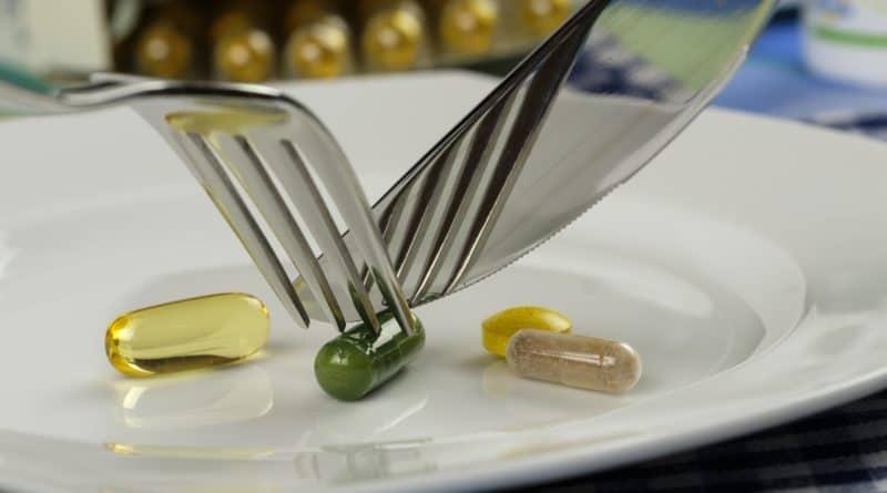 en tallerken med pille rog kapsler som spises med kniv og gaffel slankepiller 800x445