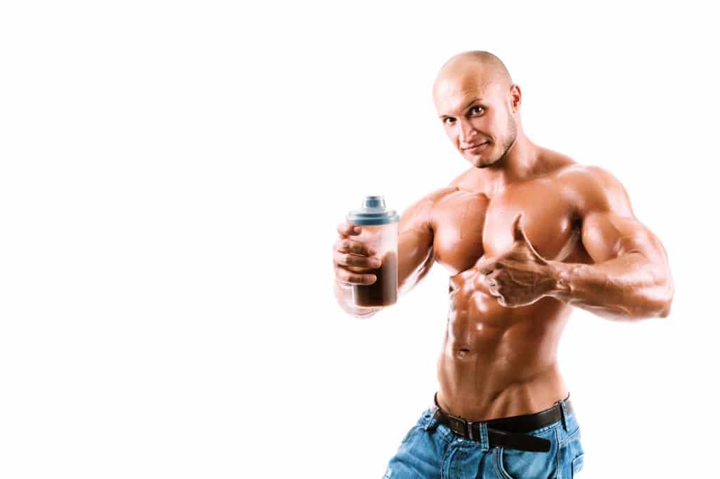 Muskuløs mand med en proteinshake - proteinpuler og weight gainer