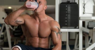 Muskuløs mand med en proteinshake - proteinpulver og weight gainer shake