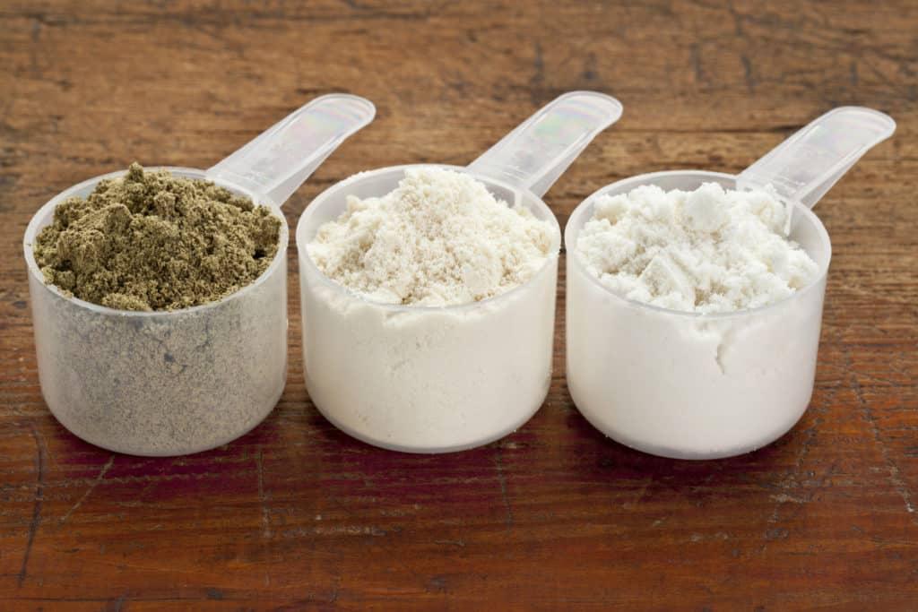 proteinpulver 3 skeer med forskellige typer protein pulver smag 1024x683