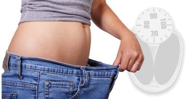 vaegttab og slankekur kvinde traekker ud i bukserne efter at have tabt sig 390x205