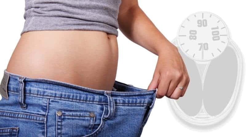 vaegttab og slankekur kvinde traekker ud i bukserne efter at have tabt sig 800x445