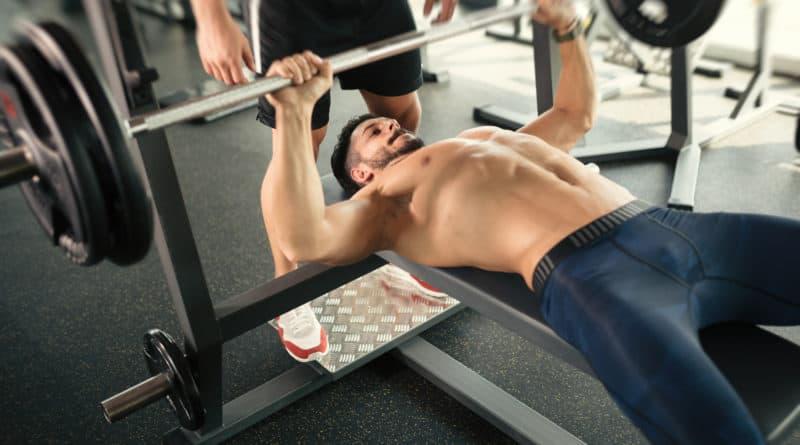 baenkpres mandlig bodybuilder traener baenkpres med vaegtstang 800x445