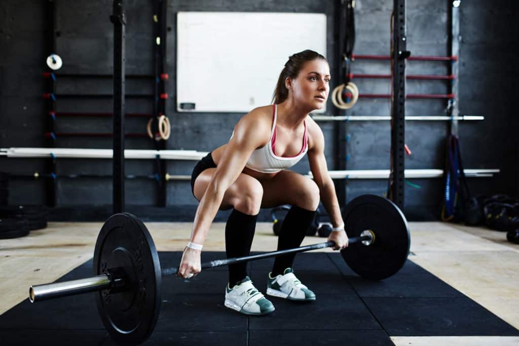 kvinde er klar til at loefte en vaegtstand til enten doedloeft eller clean 1024x682