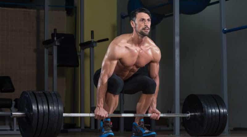 muskuloes mand goer sig klar til et reverse grip doedloeft 800x445