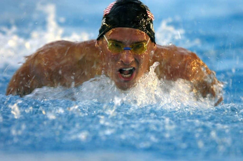 mandlig konkurrencesvoemmer i vandet i fuld fart 1024x680