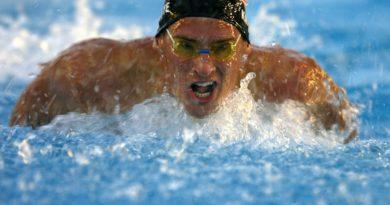 mandlig konkurrencesvoemmer i vandet i fuld fart 390x205