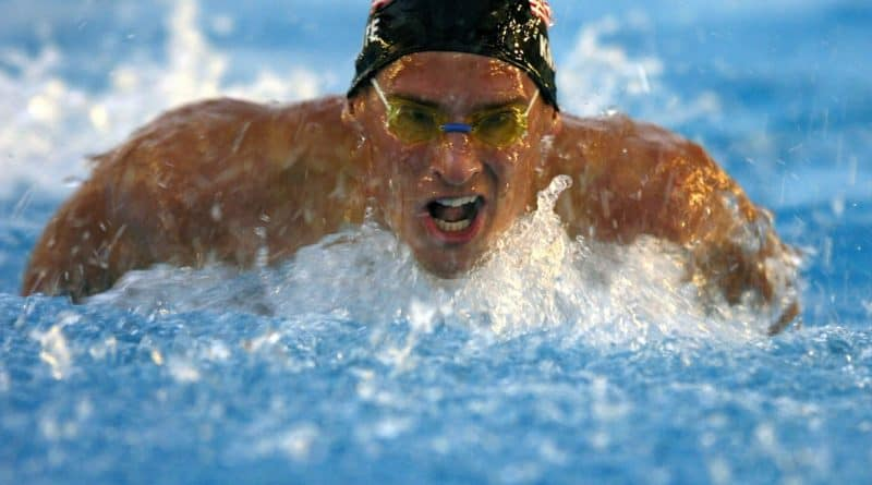 mandlig konkurrencesvoemmer i vandet i fuld fart 800x445